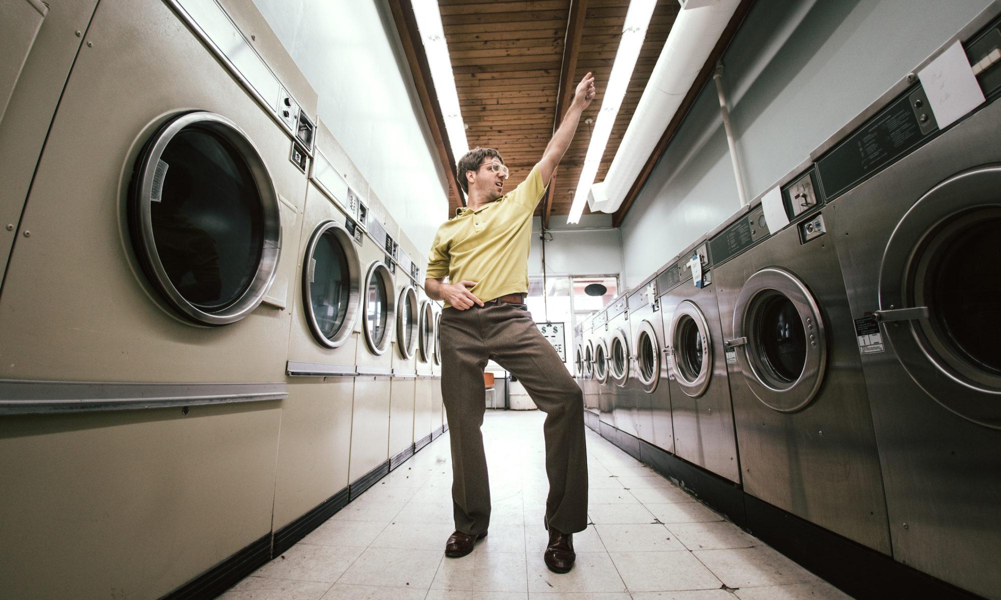 Man tanzt im Waschsalon