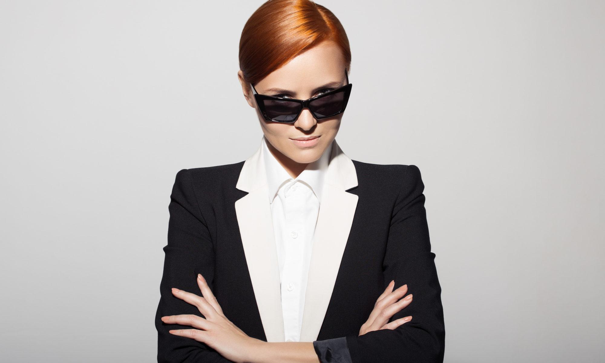 Elegante Dame mit roten Haaren und Sonnenbrille